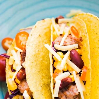 Tacos posés sur une table en bois