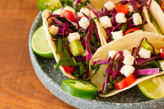 Tacos savoureux à angle élevé sur assiette