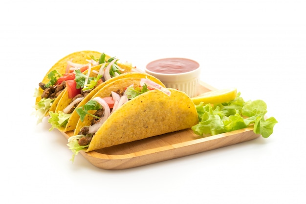 Tacos à la viande et légumes isolés sur fond blanc