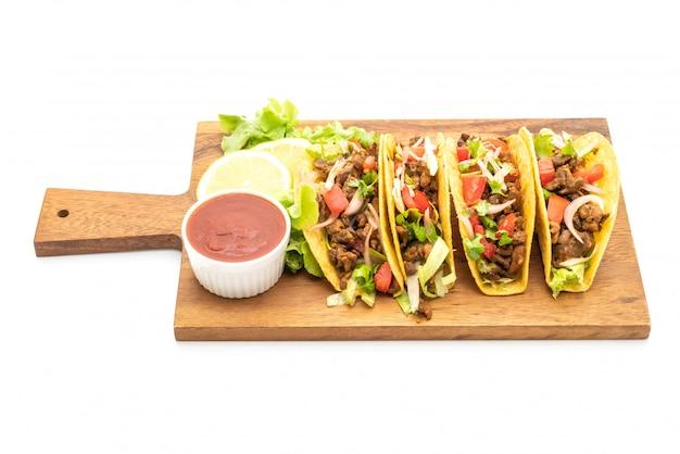 Tacos à la viande et légumes isolés on white