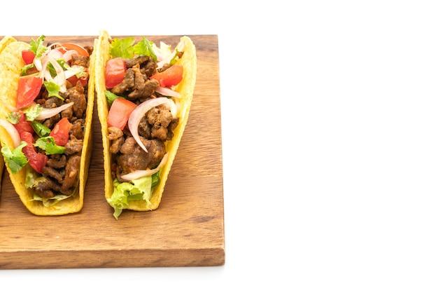 Tacos avec viande et légumes isolés