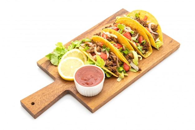 Tacos à la viande et légumes isolés