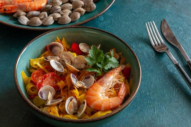 Tagliatelles aux palourdes, crevettes et légumes