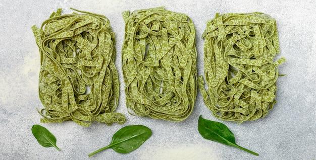 Tagliatelles d'épinards aux pâtes vertes italiennes faites maison