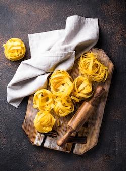 Tagliatelles ou fettuccines de pâtes crues