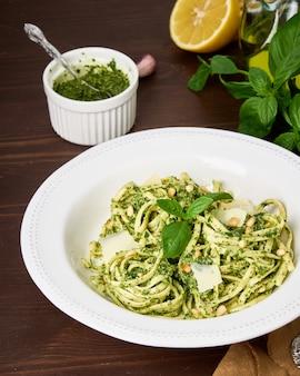Tagliatelles italiennes pesto aux pignons de pin ail feuilles de basilic parmesan citron et huile d'olive