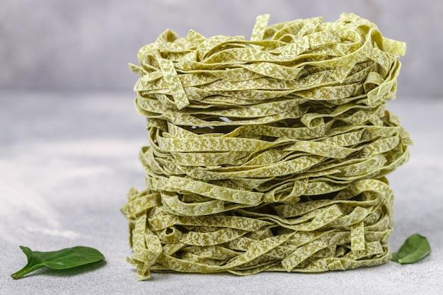 Tagliatelles de pâtes vertes italiennes faites maison avec gros plan d'épinards