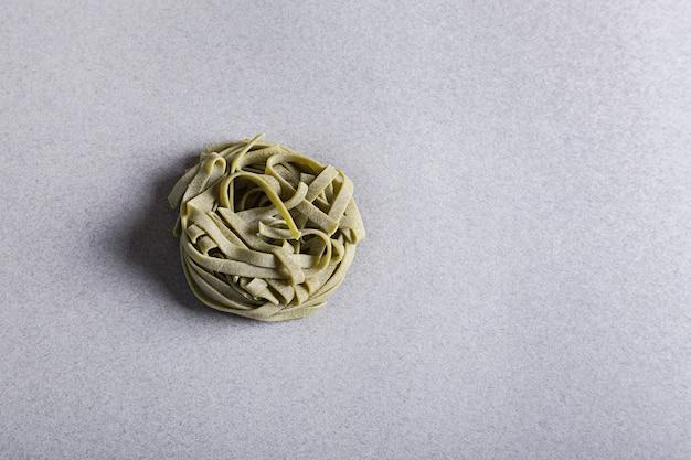 Tagliatelles vertes, pâtes sur fond