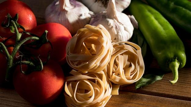 Tagliatelles vue de dessus avec basilic et légumes