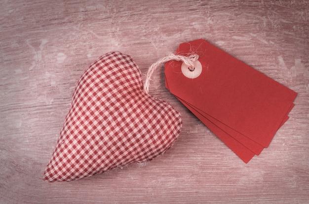 Tags de la saint-valentin et coeur en peluche