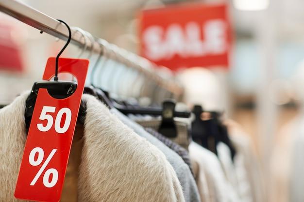 Tags de vente dans le magasin de vêtements