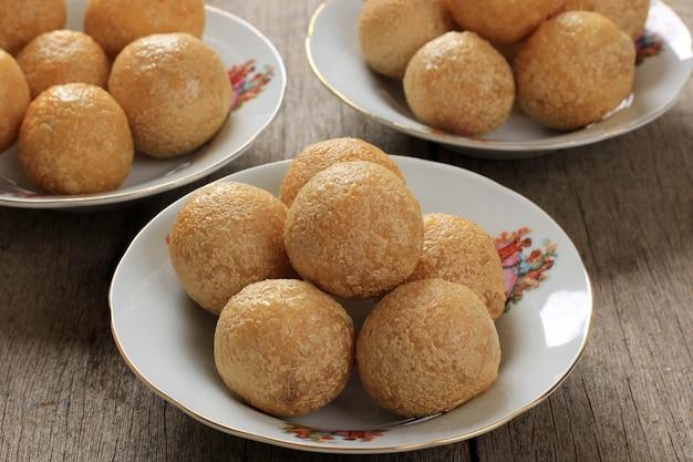 Tahu bulat (tofu rond), plat préféré indonésien, frit et assaisonné de poudre d'assaisonnement.