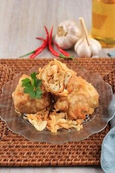 Tahu pedas hot jeletot (tofu croustillant farci épicé 0 avec légumes épicés sautés à l'intérieur. populaire comme nourriture de rue en indonésie pour le petit déjeuner. gorengan buka puasa