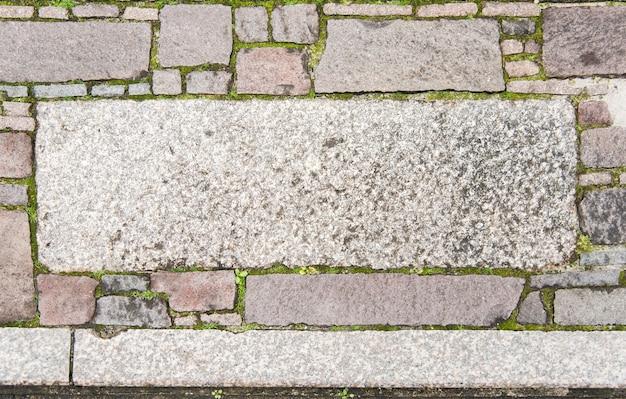 Taille aléatoire naturel granit multicolore pierre sol dans le jardin