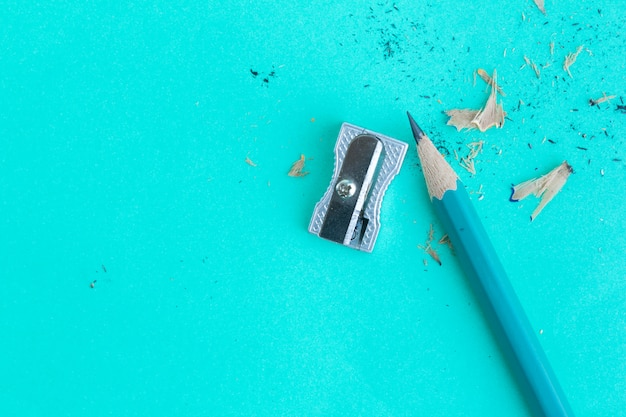 Taille-crayon et crayon sur vert en vue de dessus