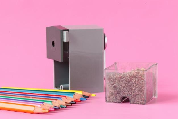 Taille-crayon avec crayons de couleur