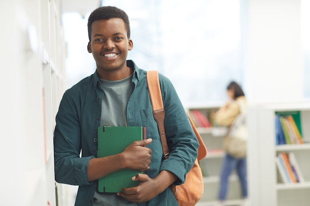 Taille portrait d'étudiant afro-américain regardant la caméra