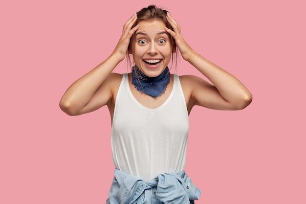 Taille portrait d'heureuse jeune femme charmante avec une expression joyeuse