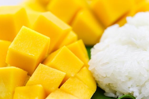 Tailler une belle mangue jaune avec du riz gluant