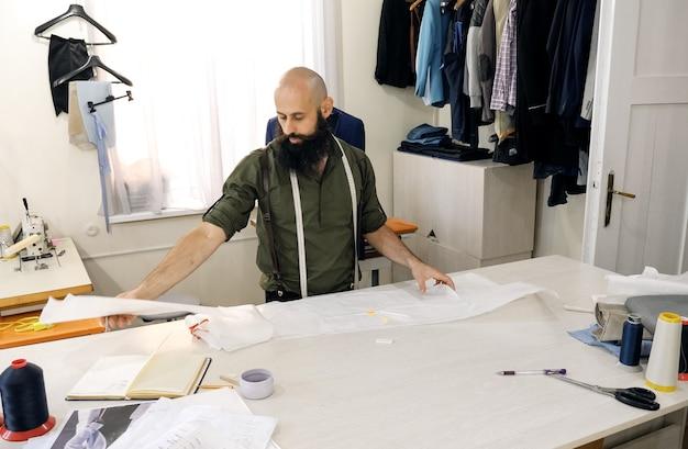 Un tailleur dans un atelier de couture au travail.