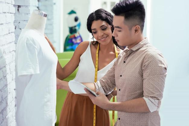 Tailleur et designer travaillant en équipe