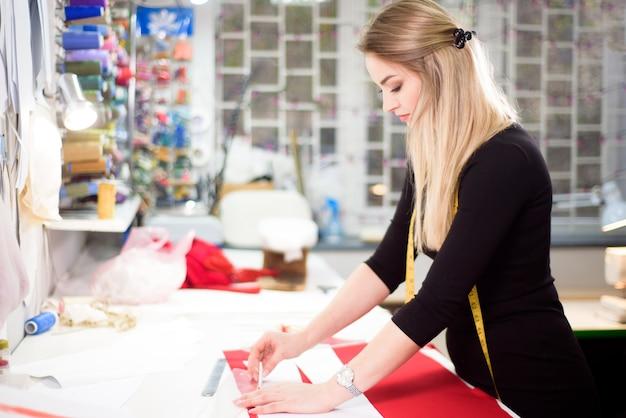 Tailleur ou égout de créateur de mode dans le studio d'atelier concevant de nouveaux vêtements de collection.