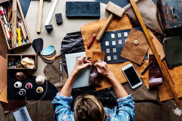 Tailleur fabriquant du matériel de maroquinerie sur la table
