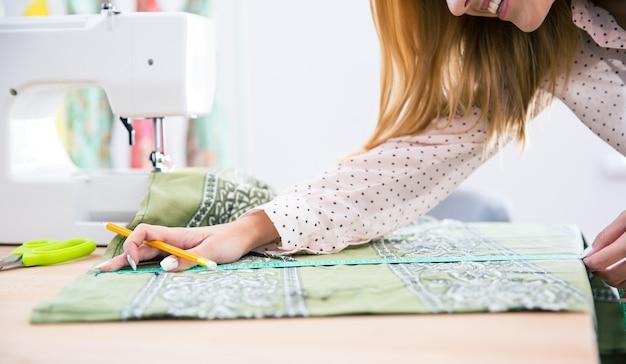 Tailleur féminin travaillant en atelier
