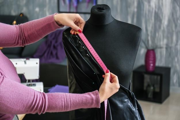 Tailleur féminin travaillant dans l'atelier