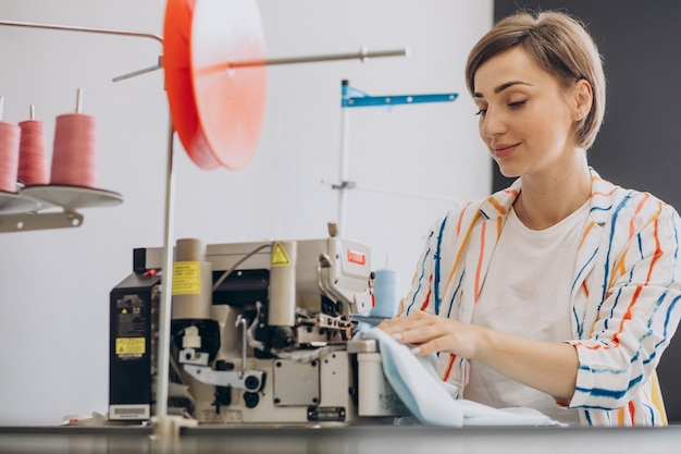 Tailleur féminin travaillant avec la machine à coudre