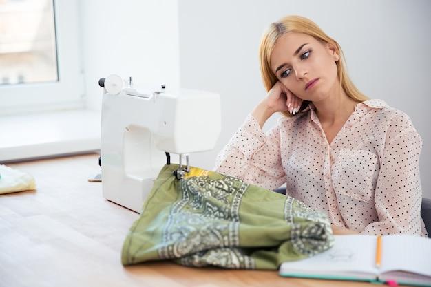 Tailleur femme fatiguée assis à la table