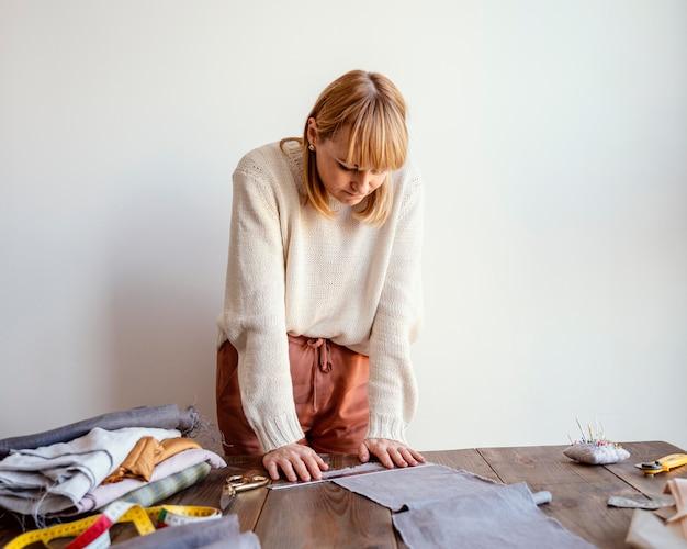 Tailleur femme travaillant à domicile