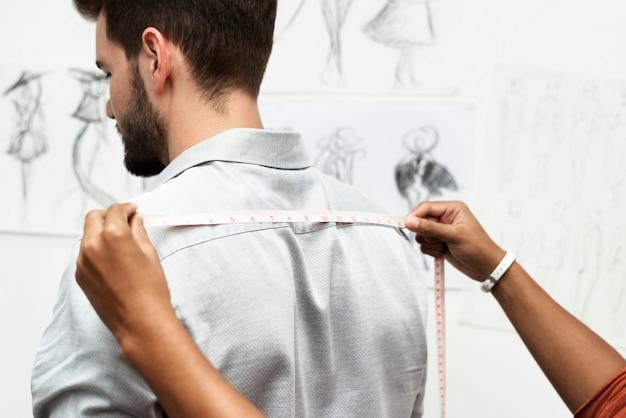 Tailleur mesurant la taille du corps