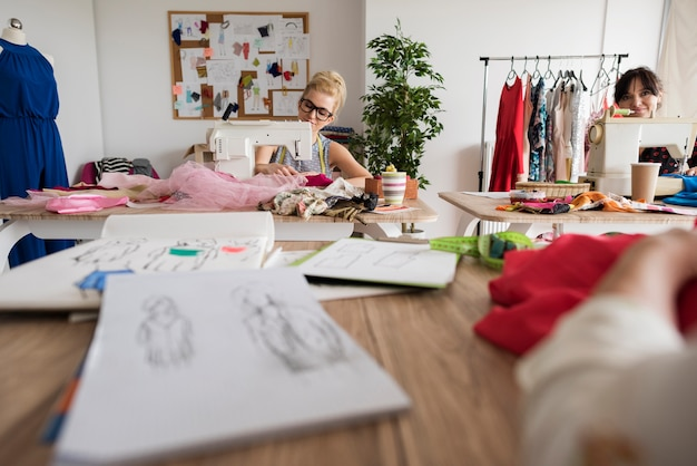 Des tailleurs professionnels à leur travail