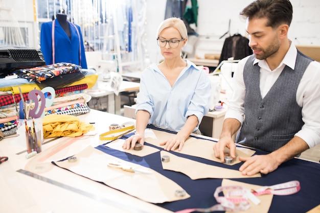 Tailleurs travaillant dans atelier studio