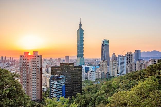 Taipei, toits de la ville de taiwan au coucher du soleil depuis la vue de la ville de taipei