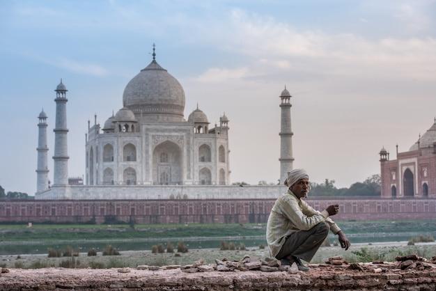 Taj mahal scenic le matin, vue du monument taj mahal. un site du patrimoine mondial de l'unesco à agra, en inde.