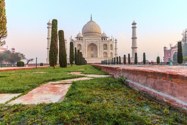 Taj mahal vue depuis la piscine, l'inde, agra.