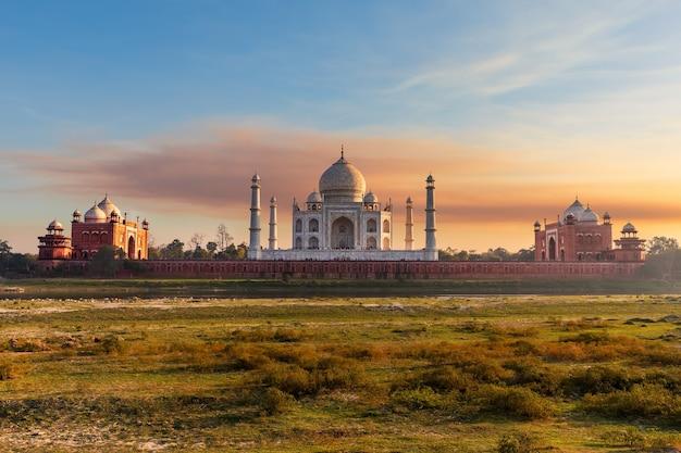 Taj mahal, vue depuis la rivière yumana au coucher du soleil, l'inde, agra.