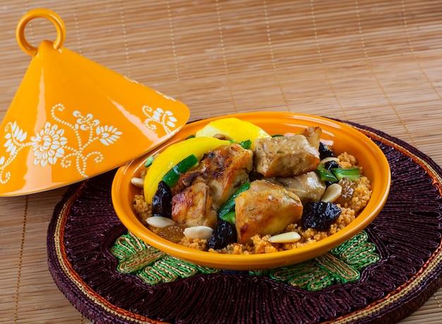 Tajine, cuisine marocaine, avec couscous, poulet et citron confit.