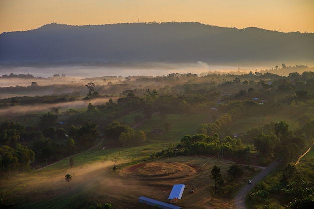 Takhian ngo mountain view avec la mer de brouillard le matin et le crépuscule du lever du soleil