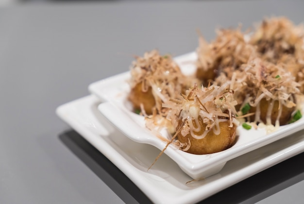 Takoyaki sur assiette blanche