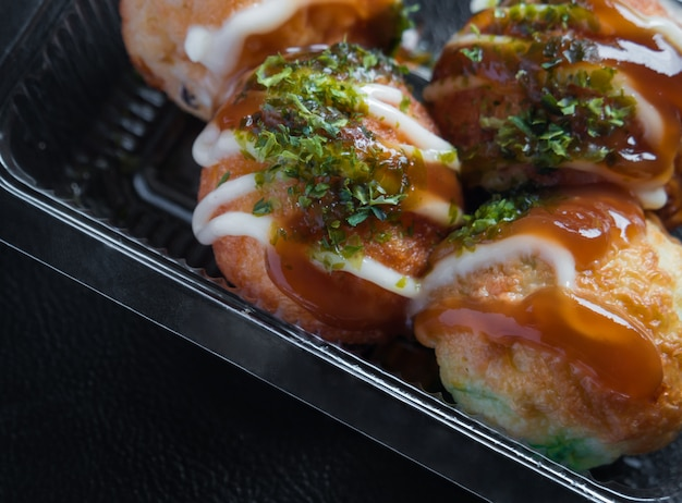 Takoyaki dans un plateau en plastique