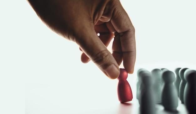 Talent, concept de ressources humaines. se distinguer des autres. choisi à la main une personne unique différente et individuelle. pleins feux sur shining to the golden. présentation par des poupées à chevilles en bois