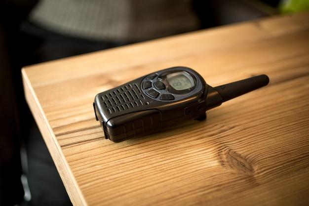 Talkie-walkie allongé sur une table en bois