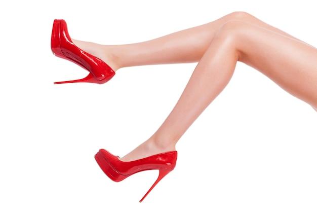 Talon coquin. gros plan, de, jeune femme, dans, hauts talons, chaussures, isolé, blanc