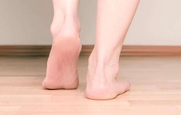 Talon et pied fille. le concept des pieds plats.
