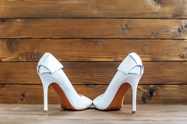 Talons blancs pour la mariée.