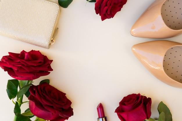 Talons hauts de couleur nude avec rouge à lèvres, roses rouges fraîches et en-tête de héros de portefeuille