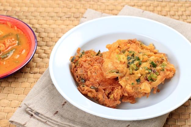 Talua barendo ou minang omelette ou telur dadar padang est une omelette croustillante typique de warung nasi padang. habituellement fait avec ajouter de la farine pour une texture croustillante